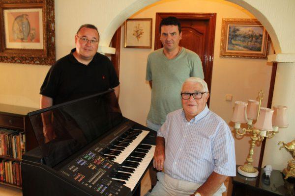 U3A Member donates Electric Organ